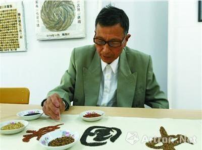 陈锦祥用彩色稻米写字。 黄勇娣 摄
