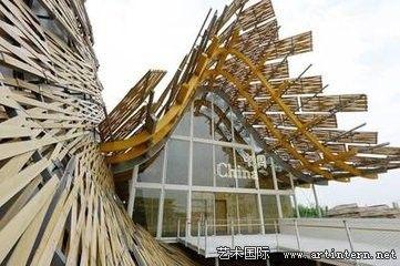 参考了中国传统木结构设计与传统中国的陶土屋面建筑