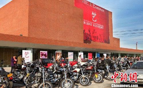 百余辆哈雷摩托车助阵宋庄艺术节。 主办方供图
