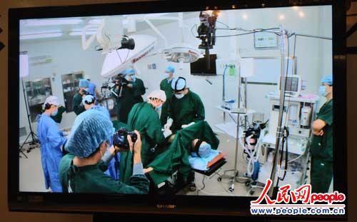 整形・韩啸行为艺术展:手术进行中(图片来源:人民网)