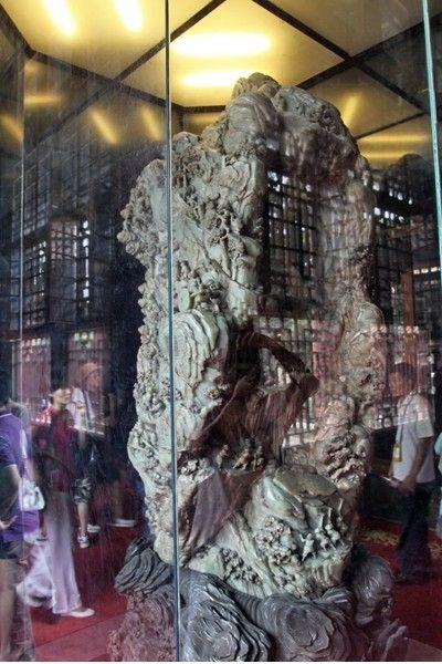 现故宫珍藏的青白玉雕件《大禹治水图》重5000公斤,跟和田白玉王比较接近,但《大禹治水图》也只是为青白玉,在材质上较此玉还是略逊一筹。