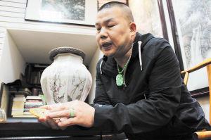 李智刚向记者讲解古玉的有关文化。 肖亮摄