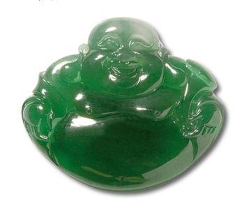 翡翠佛。浓绿色,冰质细润,雕工精细。重量:14.94g。尺寸:3.1×3.5×0.3cm。市场估价 RMB 50000-70000。