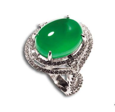 冰种翡翠女戒。天然老坑翡翠,18K金镶钻石。色彩艳丽,水头十足,形态优美,高贵典雅,确为翡翠佳品。重量:12.25g,手寸:12号。市场估价 RMB 120000-180000。