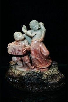 夏江志的青田石雕作品《中国56个民族大团结》