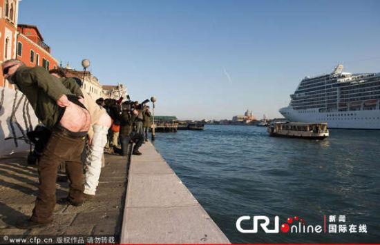 威尼斯裸臀行为艺术抗议污染