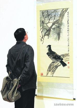 """目前在纽约""""亚洲艺术周""""的拍卖展场上展示的艺术品中,齐白石的水墨画""""松鹰图""""是最受瞩目的作品之一。(法新社)"""
