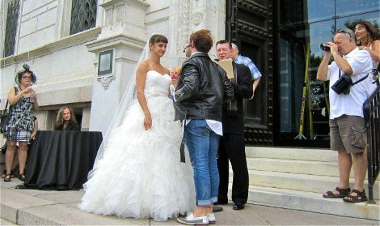 女艺术家Kathryn Cornelius正在进行其中一次婚礼