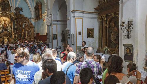 被损毁耶稣壁画引来成群结队游客围观