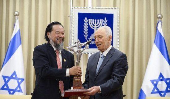 遥远向以色列总统佩雷斯赠送雕像模型,新华社记者 尹栋逊 摄