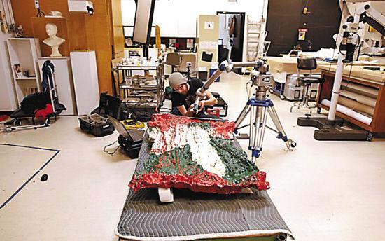 专家正在用扫描仪和3D打印机,为1961年的雕塑作品《7-up》量身定做一个塑料泡沫包装箱。