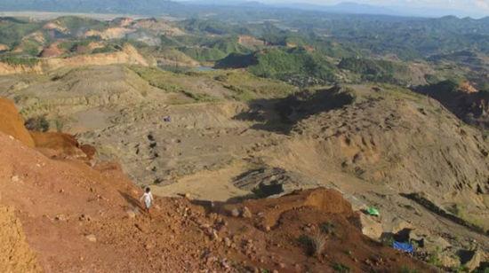 緬甸著名玉石礦區帕敢   據外媒2月18日報道,繼本月9日,一名礦工在緬甸克欽邦西部的帕敢發現重達20噸的巨型翡翠原石后,緬甸警方日前已對該地區開展緊急部署,以保護該原石,并禁止任何人在發現地附近繼續尋找玉石。   據報道,此次發現的原石長達18英尺(約5.5米)。當地礦工甚至認為它的重量可能達到37噸,因為可能有一半的原石仍埋于地下。據悉,緬甸礦業部的專家將在對該原石進行檢測,目前尚不清楚它的確切價值。   據悉,緬甸是世界翡翠出產最豐富的國家,且以玉石優質聞名。位于緬甸曼德勒以北350公里的帕敢是緬
