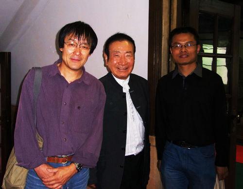 本文作者(右)与藤井先生(中)、王卫明教授合影