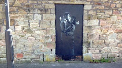 这幅最新班克西壁画画在一个公立青年会所外面的墙上,会所负责人把它撬下准备拍卖。