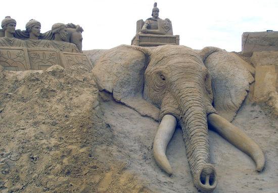 英国49岁艺术家保罗·霍格德与荷兰妻子里米创作汉尼拔坐在大象身上的场景。(网页截图)