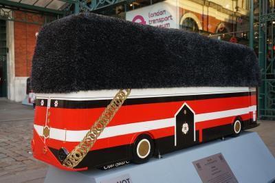 伦敦街头创意雕塑庆祝红色巴士启用60周年