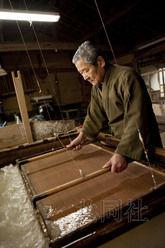 """11月27日獲悉,聯合國教科文組織(UNESCO)政府間委員會決定將""""和紙""""列入非物質文化遺產。圖為工匠製作本美濃紙的場景。圖片來源:共同社"""