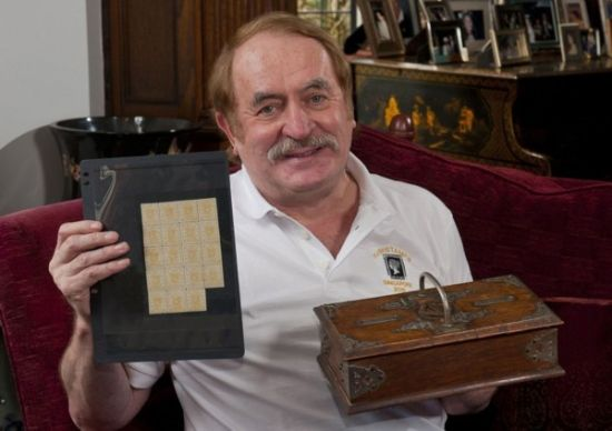 圖為持有者展示郵票。