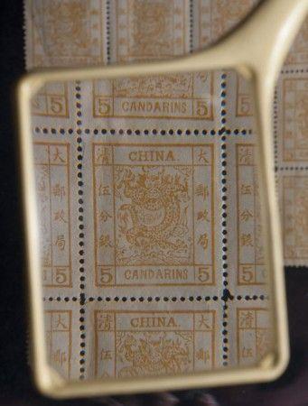 圖為放大鏡下的郵票。