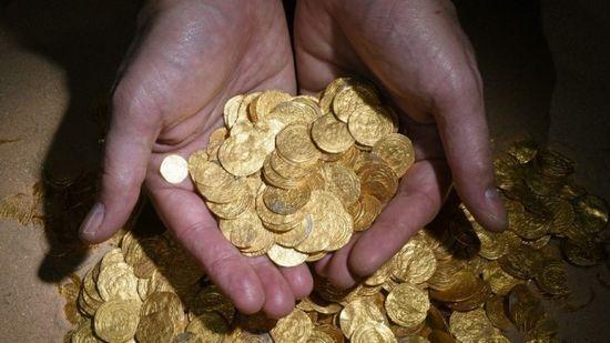 以色列潛水員在以色列地中海海岸城市凱撒利亞附近偶然發現大約2000枚古代金幣。