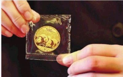 在展销会上售出的2013年熊猫金币。 记者 梁兴 摄