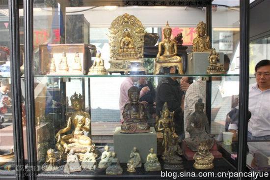 廣東古玩展銷會上的金銅佛像