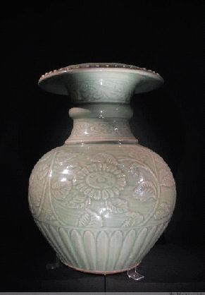 明代龍泉窯青釉刻花石榴式尊高36.4cm 口徑18.4cm 足徑15.5cm 故宮博物院藏