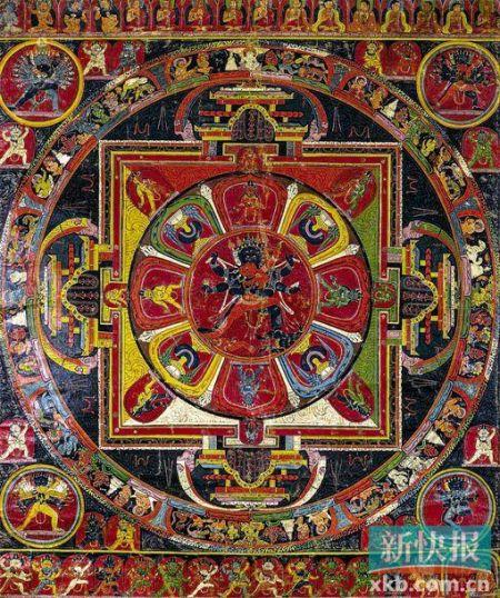 此幅為勝樂金剛壇城唐卡,畫面內容可分兩大部分,一部分為方圓結合的壇城主體部分,另一部分為壇城之外的圖像。全幅構圖嚴謹、色彩沉穩,特別是內容上除了表現勝樂金剛壇城全部62尊尊神的完整圖像外,還表現了自印度到西藏的傳承上師,以及與此壇城修法相應的其他四種本尊。在目前所見的西藏早期唐卡中,類似結構的勝樂金剛壇城未見第二例,因此在圖像學和宗教意義上具有獨一無二的重要價值。雅昌供圖