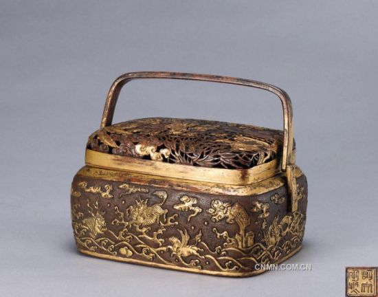 明 銅鎏金鏨花海獸嬰戲圖手爐