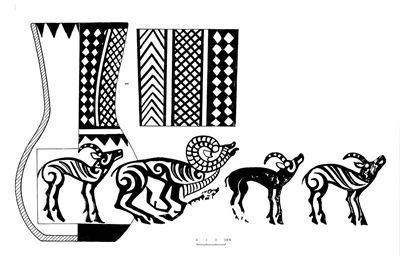 這件五羊紋彩陶瓶頸部分由菱形、三角形幾何圖案構成,瓶身部分是以一隻跪臥狀的盤羊、一隻小羊、三隻站立的大羊構成。
