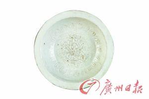 元霍州窯白釉印花荷蓮雙魚紋折沿盤