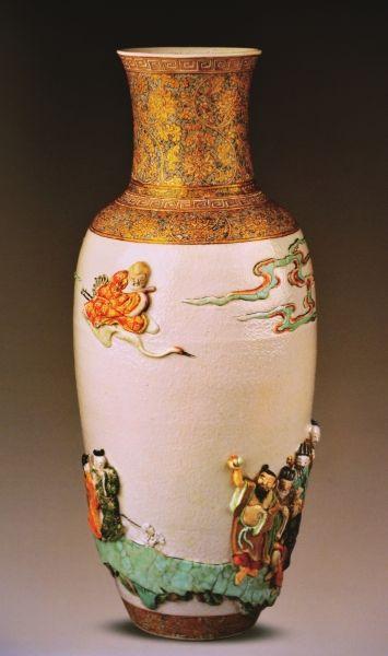 五彩貼塑八仙祝壽圖瓶清康熙高45.1厘米直徑19.4厘米喬治·素廷遺贈