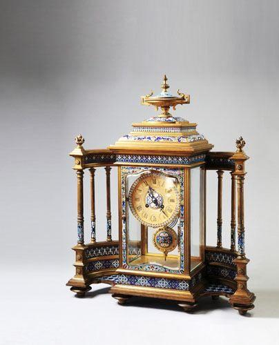 19世紀末琺瑯圍屏式鐘通高53厘米,寬46厘米,厚17厘米。此鐘為單一的報時鐘,但因造型獨特而具有較強的欣賞性,為瑞士製造。