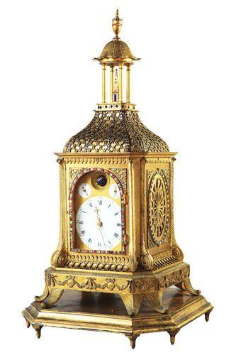 """18~19世紀鎏金塔式鐘通高68厘米,寬36厘米,厚36厘米。此鐘為18世紀末19世紀初英國製造,鐘內機芯背板上刻有繁複的花卉圖案及花體""""Robt Philp""""""""London""""字樣。"""
