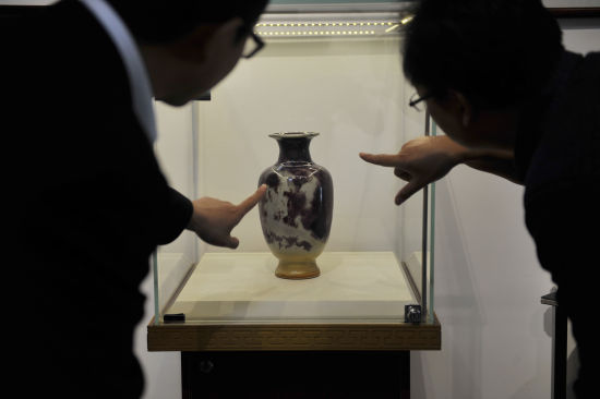 5月13日,參觀者在欣賞展出的鈞瓷作品。