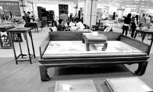 现在网消息 本报讯(记者 汪志 通讯员 金奇)花3万就买了一套红木桌椅,市民张传民一直认为自己捡了一个大便宜。未曾想到,一位朋友点破其中玄机,他才发现,自己被商家蒙了,所谓的红木家具只是红檀等杂木制作而成。   3万元买回上等红木家具   去年12月底,家住东西湖万科社区的市民张传民到吴家山常青家具卖场买家具,其中一套标称红木,标价4万的方桌带四把椅子吸引了张先生的目光。做工细致,雕刻精美,红色木质看起来很有厚重感,关键是价格他能承受得起。   导购员介绍说,这套红木桌椅用的是上等红木木
