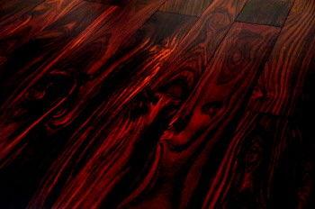 深红色的木纹中常
