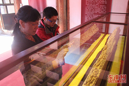 """长达2.2米的木雕版""""清明上河图""""吸引了参观者目光"""