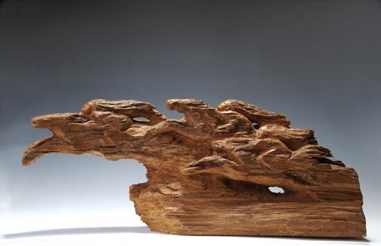 取其劈裂后的自然纹理立意雕刻