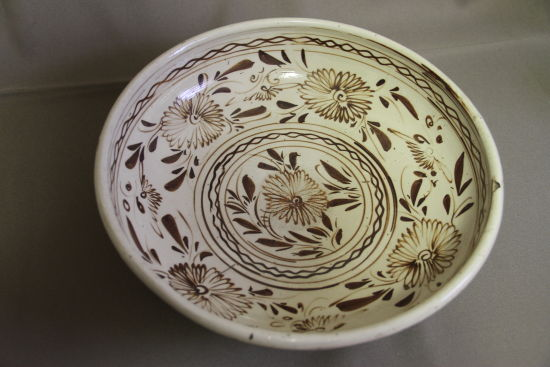 圖2 清代白底赭彩菊花盤