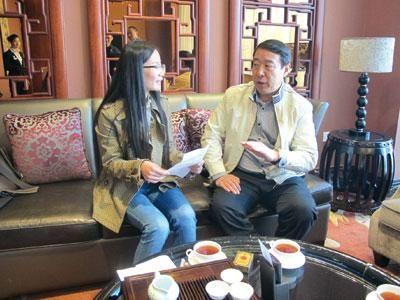 左安平(右)正接受本报记者的采访