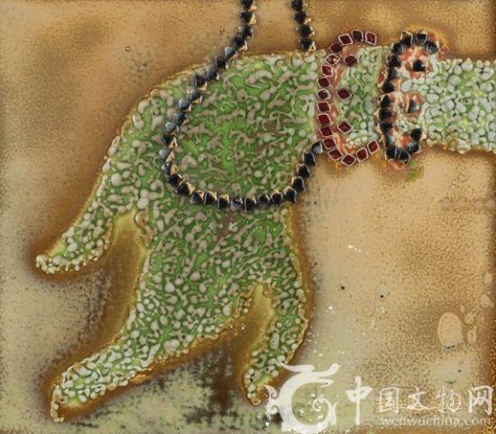 中国文物网讯 (编辑 张艳)王昭旻新瓷绘釉彩创作秉承和延续了其创派理论前直觉主义的探思,在其瓷板画创作上,对比手法的运用处处可见,不仅表现在色彩和构图上,在光影的处理上也运用了对比手法,就像艺术批评家段君说的那样,王昭旻的作品很强调光影,每一幅画里都有光的存在,每一幅画的背景不只是一个平的背景。光影同在又极富对比性。为何艺术家在其作品里运用这么多的对比手法?运用这些对比手法的初衷是什么呢?他又是如何处理色彩之间的关系的?他又是如何理解图像这一概念的?带着这些问题,中国文物网采访了艺术家王昭旻先生
