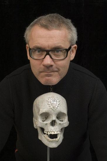 当代艺术家达明・赫斯特与其水晶骷髅头作品