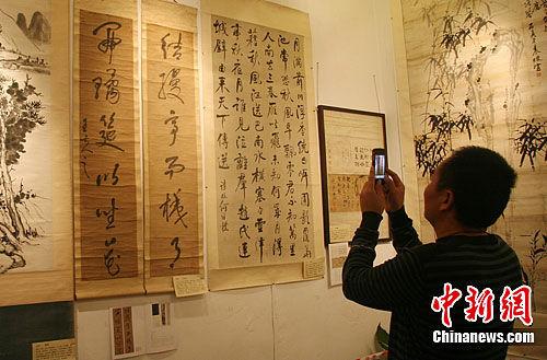 参观者拍下王夫之草书对联作留恋。邓霞 摄