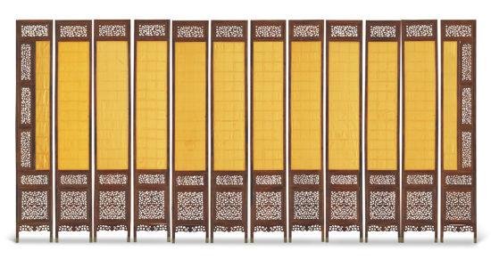 另一件明黄花梨有束腰打洼大画桌也系海外回流,此画桌通体由黄花梨制就,色泽明亮,包浆温润。面攒框镶独板,板面材质宽大,较为罕见。面沿与腰上打洼,凹凸有致,富有立体感。四直腿间设横枨,枨上方形卡子花与素牙板相连,余处则不施雕饰,具有典型的明式家具制作简约的风格。整器形制规整,保存完好,器型挺拔纤雅,姿态优美,外形质朴却处处可见精工细作,彰显出风雅大气之独到韵味。可参阅《明清家具鉴藏》胡德生着第225-230页,明清家具结构鉴识。清黄花梨折迭式六足盆架也同样精彩,此面盆架为黄花梨材质,虽为日常用品,但