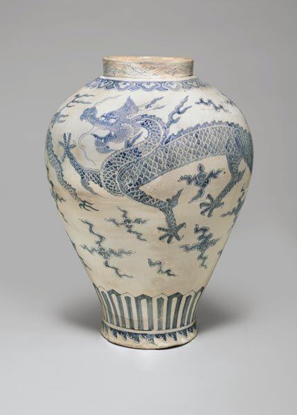 18世纪的朝鲜王朝青花龙壶