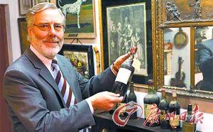 范德彭展示自己收藏的白蘭地。