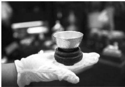 纯金打造的五福金碗受到投资者的喜爱。   记者 武席同 摄
