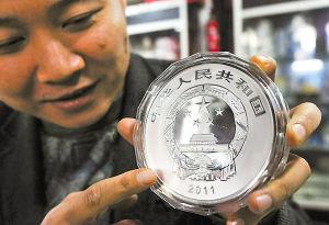 """""""世界遗产――登封天地之中历史建筑群""""1公斤纪念银币。记者 王增芳 摄"""