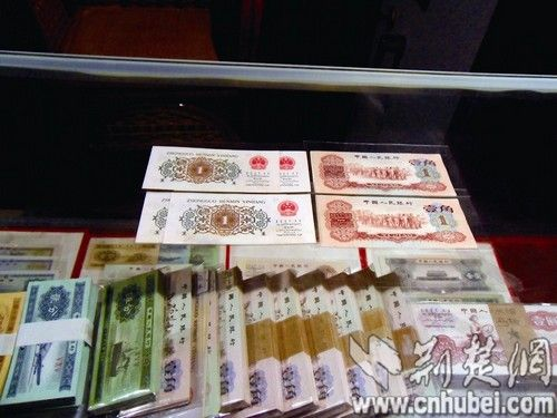 三套人民币中不同版本的壹角钱 记者王晓摄